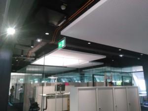 Bürogebäude modernisiert mit freihängenden Deckensegeln für ein behagliches Büroklima
