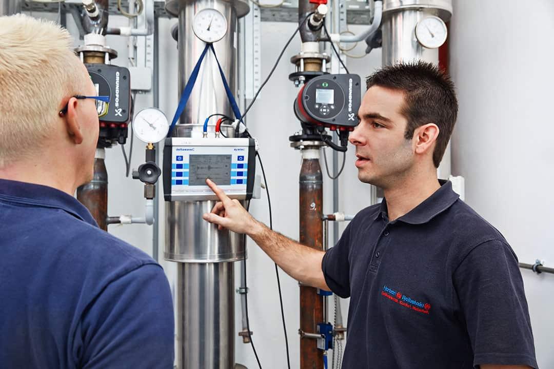 Servicetechniker Technisches Gebäudemanagement TGM analysiert und optimiert komplexe gebäudetechnische Anlagen