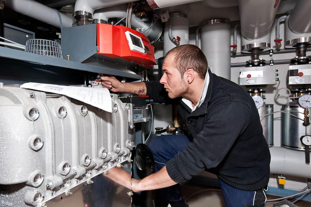 Servicetechniker Technisches Gebäudemanagement TGM bei der Arbeit
